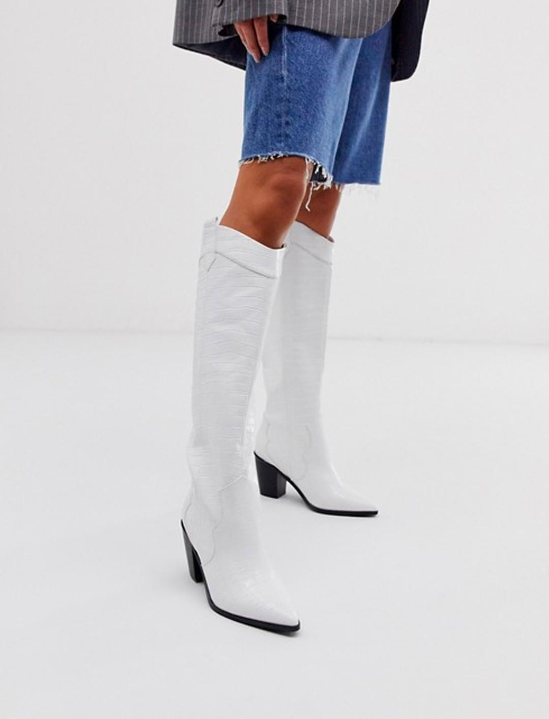 Botas de caña alta estilo western sin cierres en diseño de cocodrilo blanco.