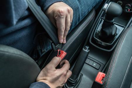 ¿Tu cinturón de seguridad se ha atascado? Así de sencillo es desbloquearlo
