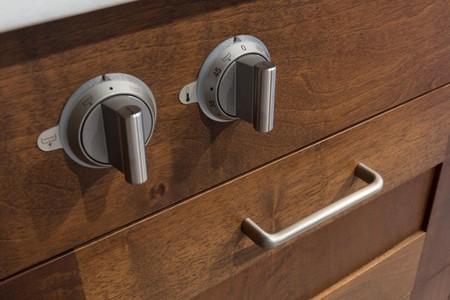 Una buena idea: tiradores de metal creando contraste con muebles de madera en la cocina