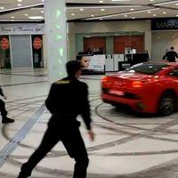 Si vives en Rusia y te aburres, puedes hacer donuts con tu Ferrari California... dentro de un centro comercial