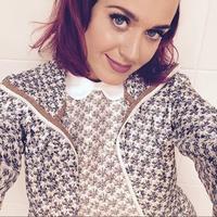 Y después del azul viene el carmesí, Katy Perry prueba nuevo tono en su melena