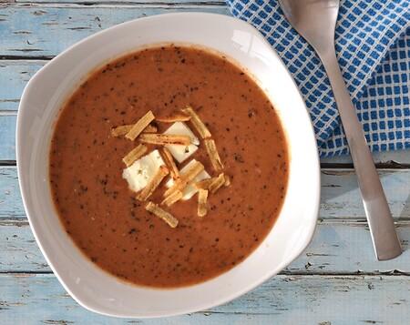 Sopa de frijol negro con jitomate. Receta fácil de la cocina mexicana