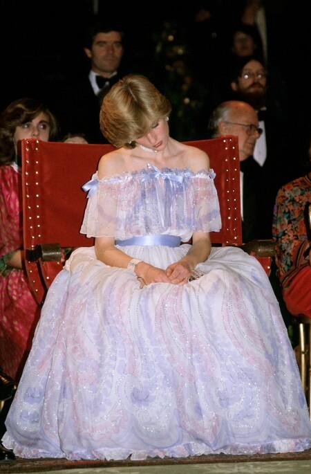 Princesa Diana En El Victoria 26 Albert Museum Durmiendo Con Vestido De Bellville Sassoon 1981mith's Lawn, 1983.