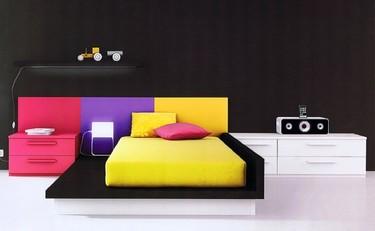 Un dormitorio juvenil con mucho color