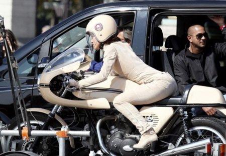 Keira Knightley en el rodaje del nuevo anuncio de Chanel: una motera sexy