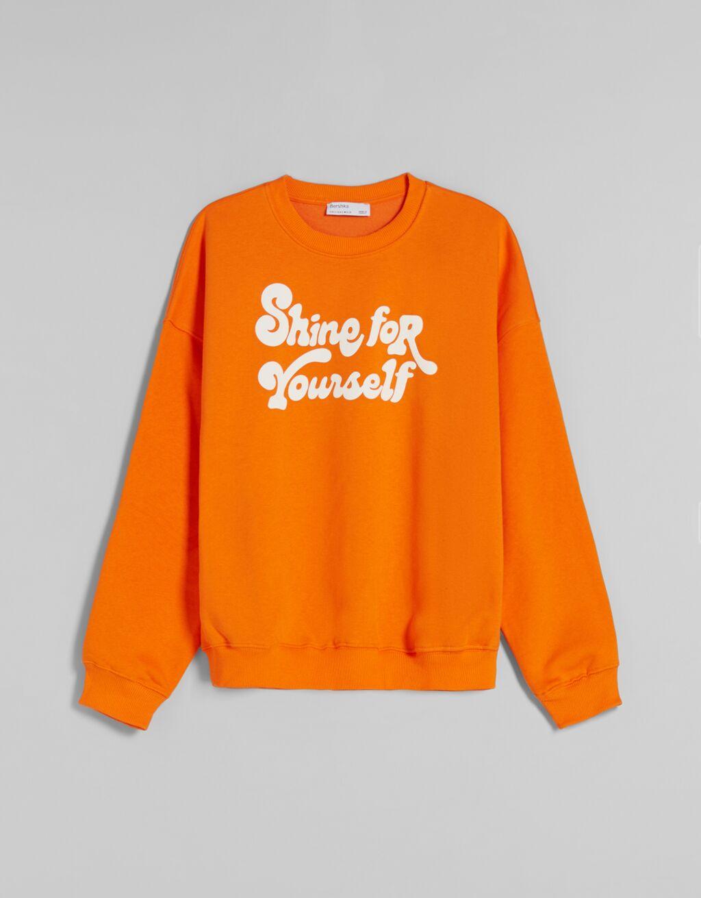 Sudadera cuello redondo de color naranja.