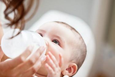 ¿Cómo saber cuánta leche artificial tiene que tomar tu bebé?