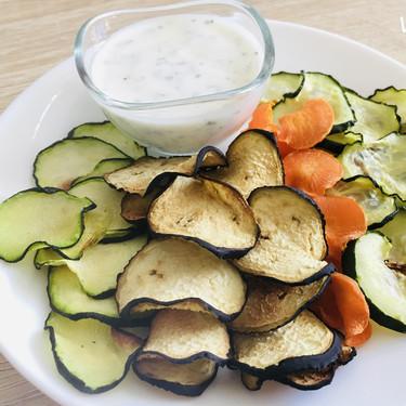 Chips vegetales de berenjena, calabacín, zanahoria y pepino para picar de forma saludable: sus beneficios y cómo prepararlos en casa