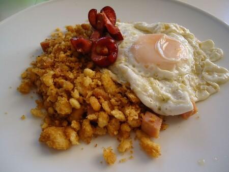 Huevos con migas. Receta fácil, rápida y económica para un desayuno delicioso en México