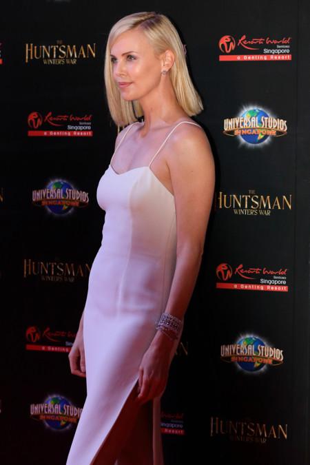 Menos es más: Charlize Theron espectacular con un sencillo vestido blanco