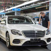 Mira como el Mercedes-Benz Clase S 2018 sale de la línea de producción por su propia cuenta