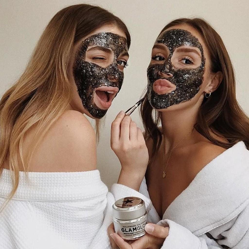 Las mascarillas de carbón activo son geniales para limpiar la piel en profundidad: estas son nuestras 14 favoritas