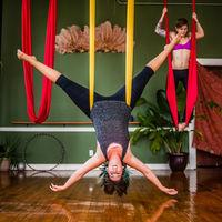 Practica Yoga por los aires: los beneficios del aeroyoga o yoga aéreo