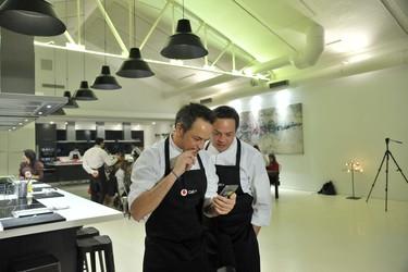 Probamos la llamada del futuro con los hermanos Torres (en una experiencia gastronómica)