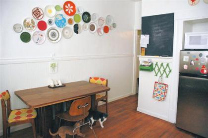 Decora la pared de tu cocina con platos - Como decorar una pared de cocina ...