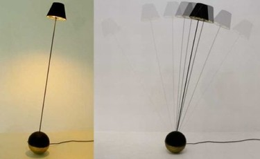 Una lámpara de pie oscilante
