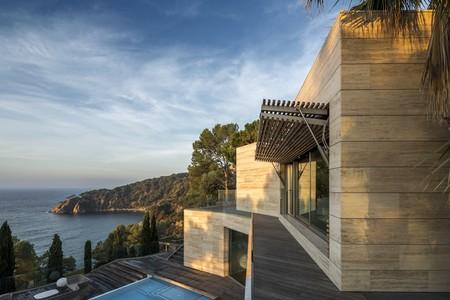 Impresionante conexión exterior-interior en esta casa en la Costa Brava con vistas a la bahía