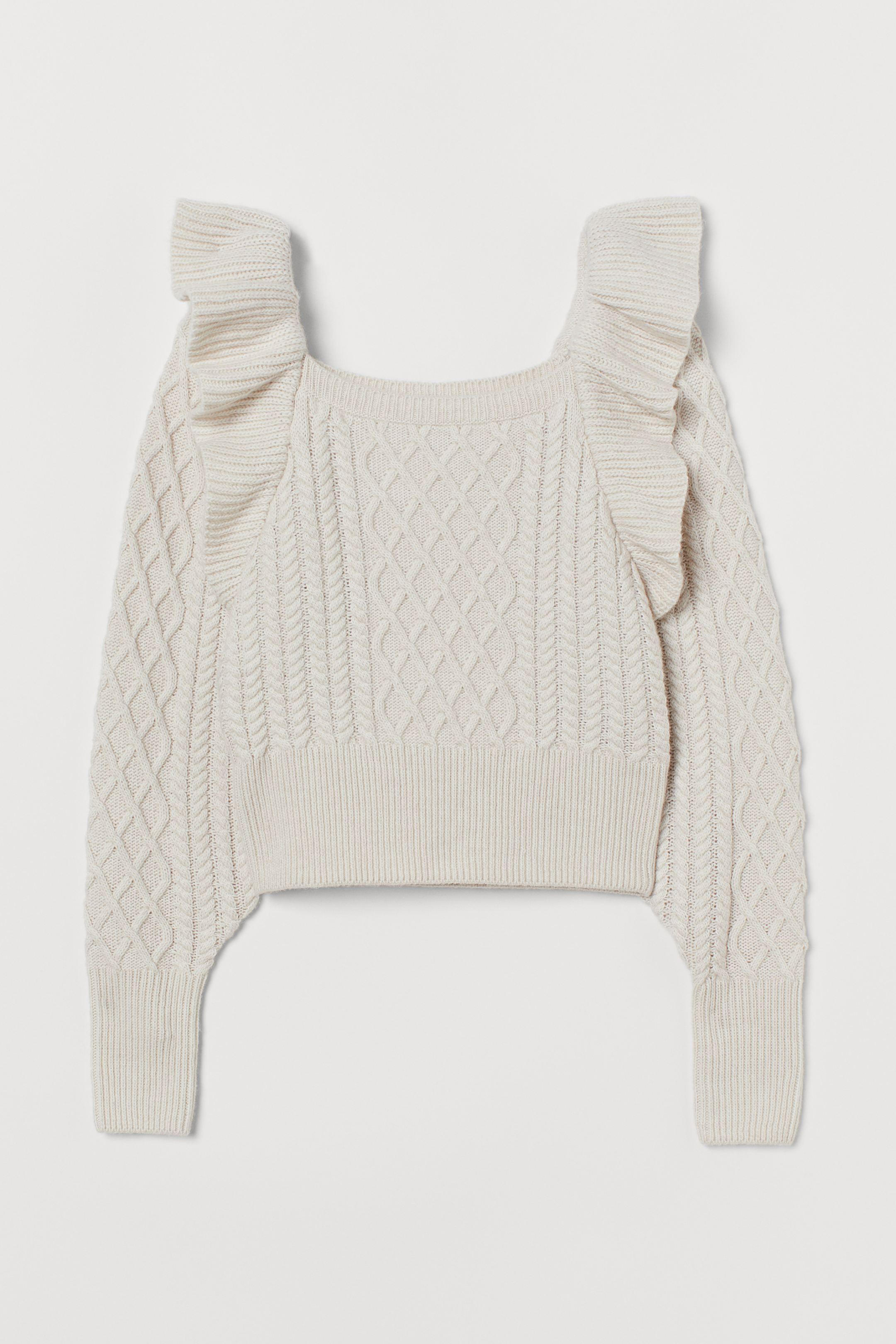 Jersey en punto trenzado suave con lana en la trama. Modelo con escote cuadrado, volante ancho de encaje en los hombros y mangas amplias. Puños y bajo en punto de canalé. Confeccionado con poliéster reciclado.
