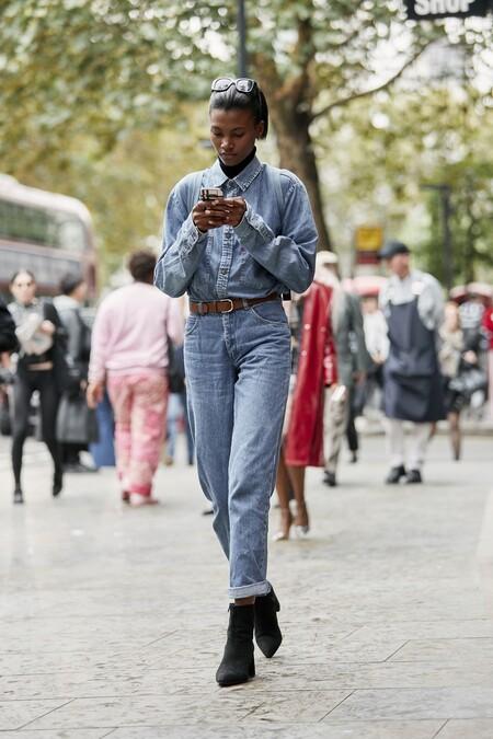 Camisa de mujer básica de manga larga con logo a tono