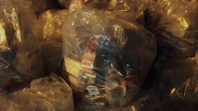 Bolsas de basura en el contenedor
