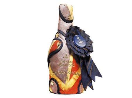 Viviannne Westwood viste una botella de Chivas