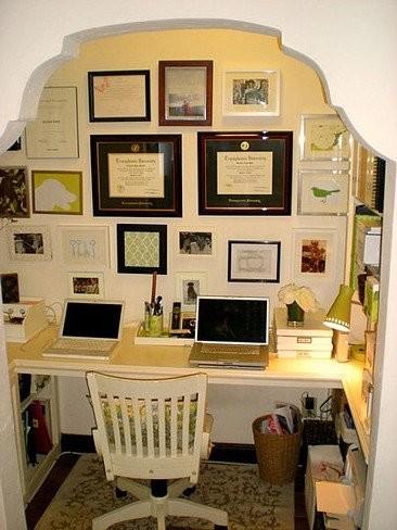 Una oficina integrada en un armario vestidor