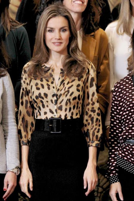 Doña Letizia con camisa de animal print