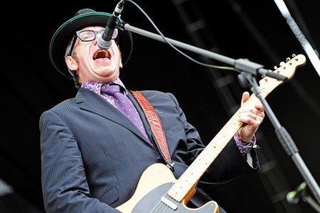 Elvis Costello pide a sus fans que no compren su próximo disco