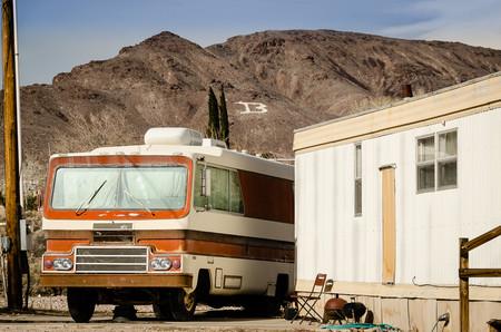 Autocaravana y casa prefabricada en Beatty, Nevada. Imagen de Wes Dickinson