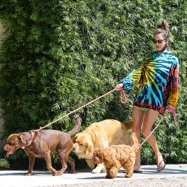Alessandra Ambrosio con una llamativa sudadera tie dye: cinco modelos parecidos para los días que más frescos