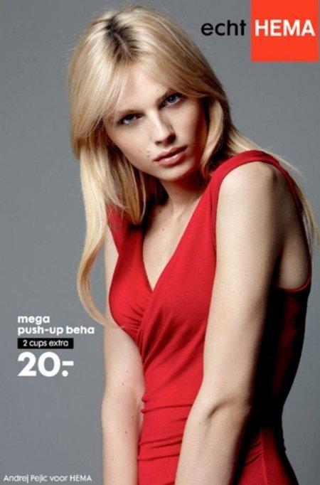 Están lloviendo sujetadores, ¡aleluya! La campaña de lencería femenina con el modelo Andrej Pejic