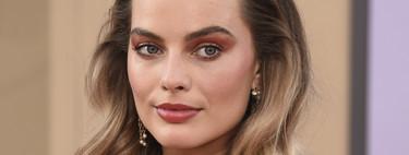 Margot Robbie impresionante con un maquillaje monocromático y un semirecogido con aires setenteros