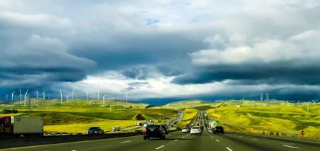 Carretera con coches y aerogeneradores