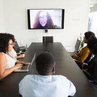 Tecnología que no puede faltar en las salas de reuniones para el Trabajo Híbrido