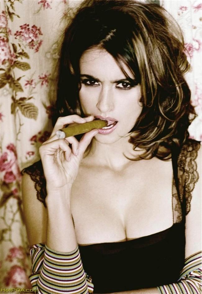Foto de Penélope Cruz fumándose un puro (1/12)