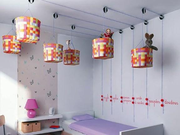 cestos colgantes en habitación infantil via apartment therapy