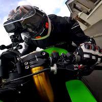 No, este vídeo no está a cámara rápida, es que los pilotos de road races tienen las bolas de acero