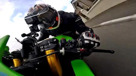 No, estos vídeos no están a cámara rápida, es que los pilotos de road races tienen las bolas de acero