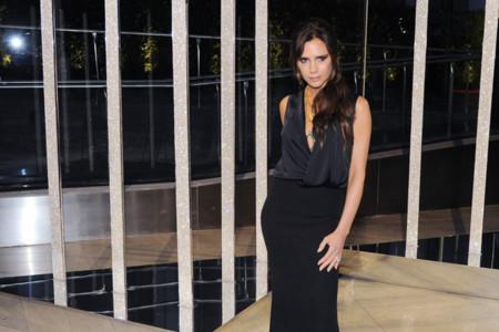 ¿Arriesgar? Victoria Beckham ya sólo conoce el look negro más correcto para la fiesta
