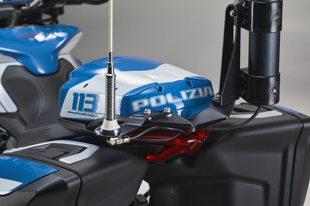 Foto de MV Agusta Turismo Veloce 800 Lusso SCS de la policía de Milán (13/20)