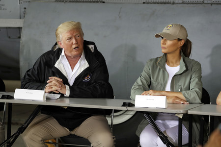 El matrimonio Trump visita Puerto Rico y los zapatos de Melania logran todo el protagonismo