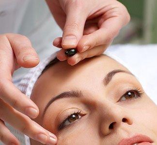 Los beneficios del masaje facial durante la limpieza de cutis