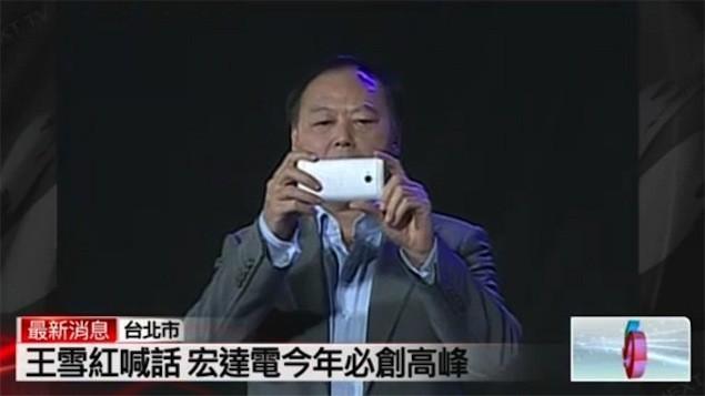HTC M7 sostenido por Peter Chou