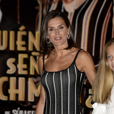 La Reina Letizia, radiante, con sus hijas y la Reina Sofía acuden al teatro en Palma