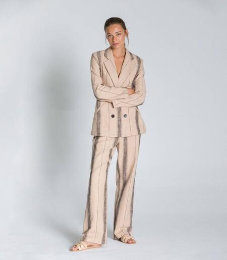 Stripe Blazerhttps://www.trendencias.com/moda-famosas/este-pantalon-mango-que-ha-enamorado-a-nuria-roca-que-ahora-se-encuentra-rebajado