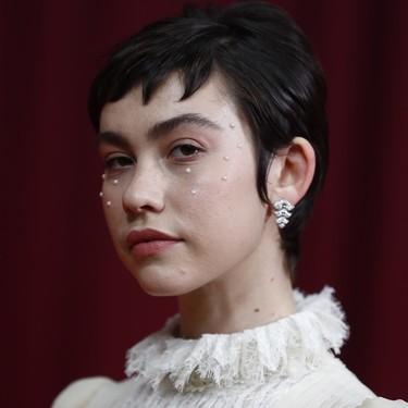Perlas y más perlas: así ha sido el ideal maquillaje de Greta Fernández en la alfombra roja de los Premios Goya 2020