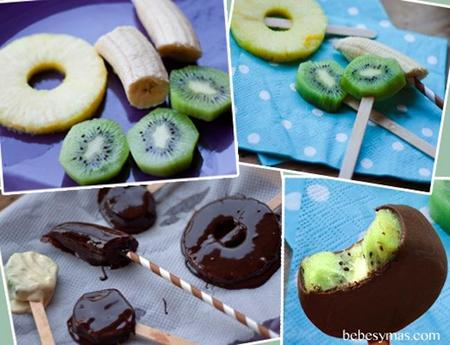 Receta de verano: piruleta helada de fruta cubierta de chocolate