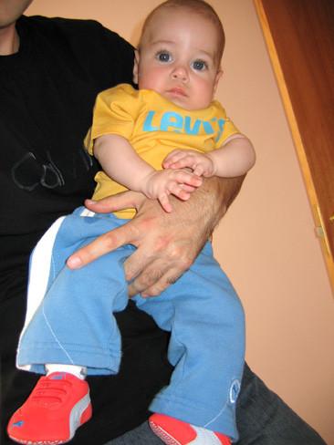 Los expertos recomiendan no poner zapatos (nunca) a un bebé que no anda