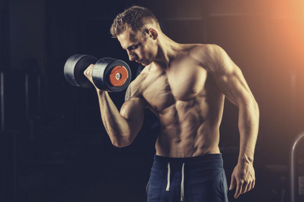 Cuatro ejercicios que te ayudan a conseguir unos bíceps grandes y fuertes trabajando todas sus porciones