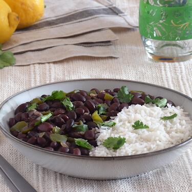 Frijoles o alubias negras a la cubana: receta vegetariana versátil de legumbres para servir de mil formas